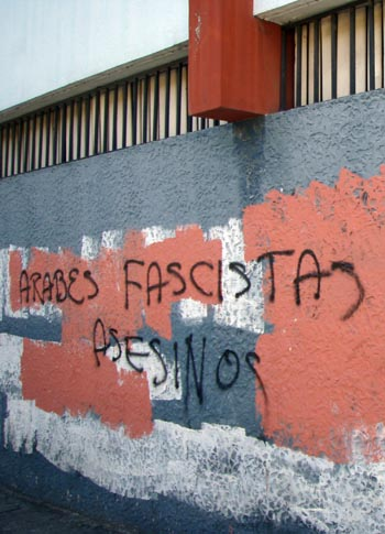 Arabes facistas asesinos, Arabs fascists murderers, proclaims this racist graffiti written by a Zelaya-supporter.
